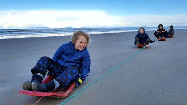Op avontuur: sleetje rijden op het strand.